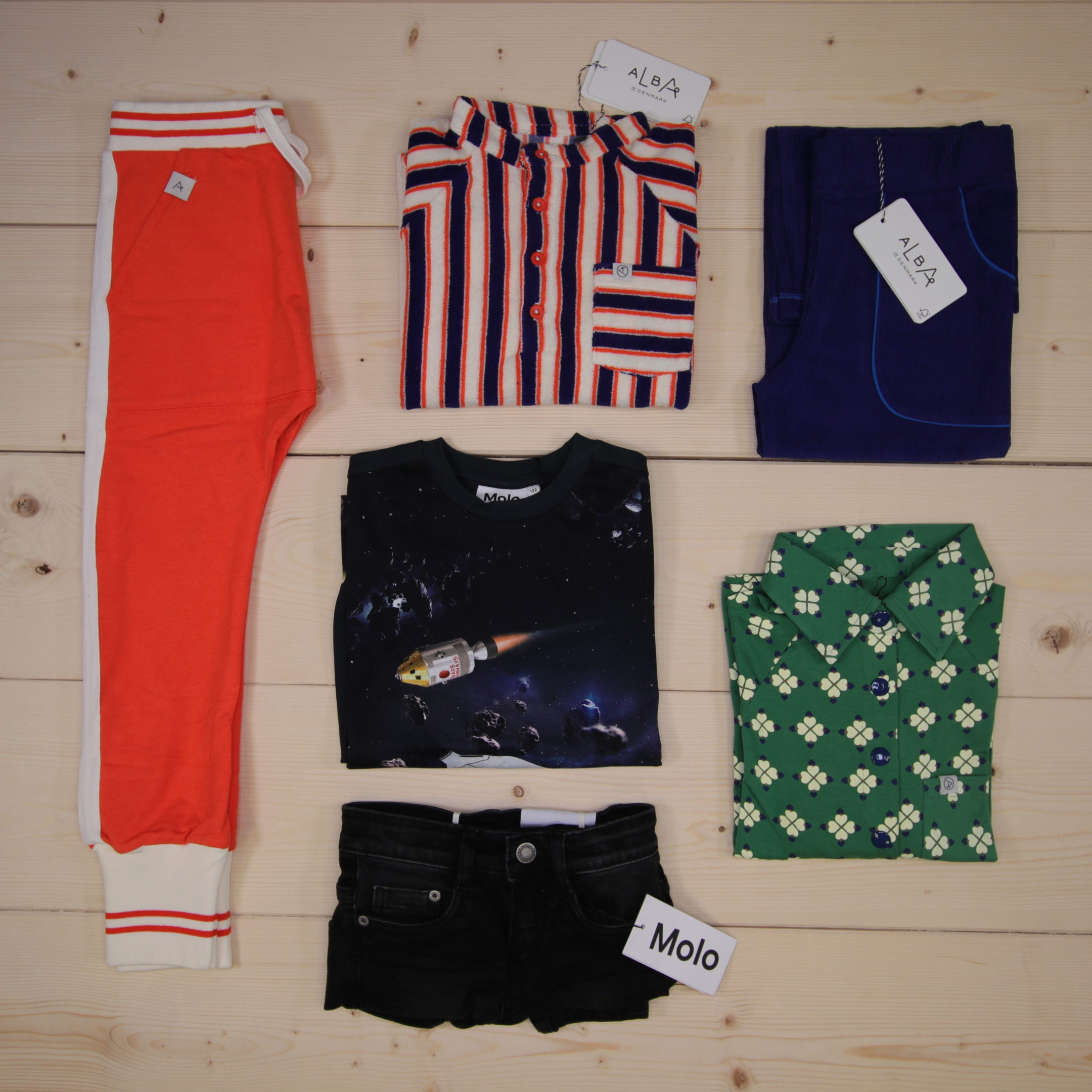 This is Småkassen that we prepared for a boy in the styles cool and colorful in size 122.