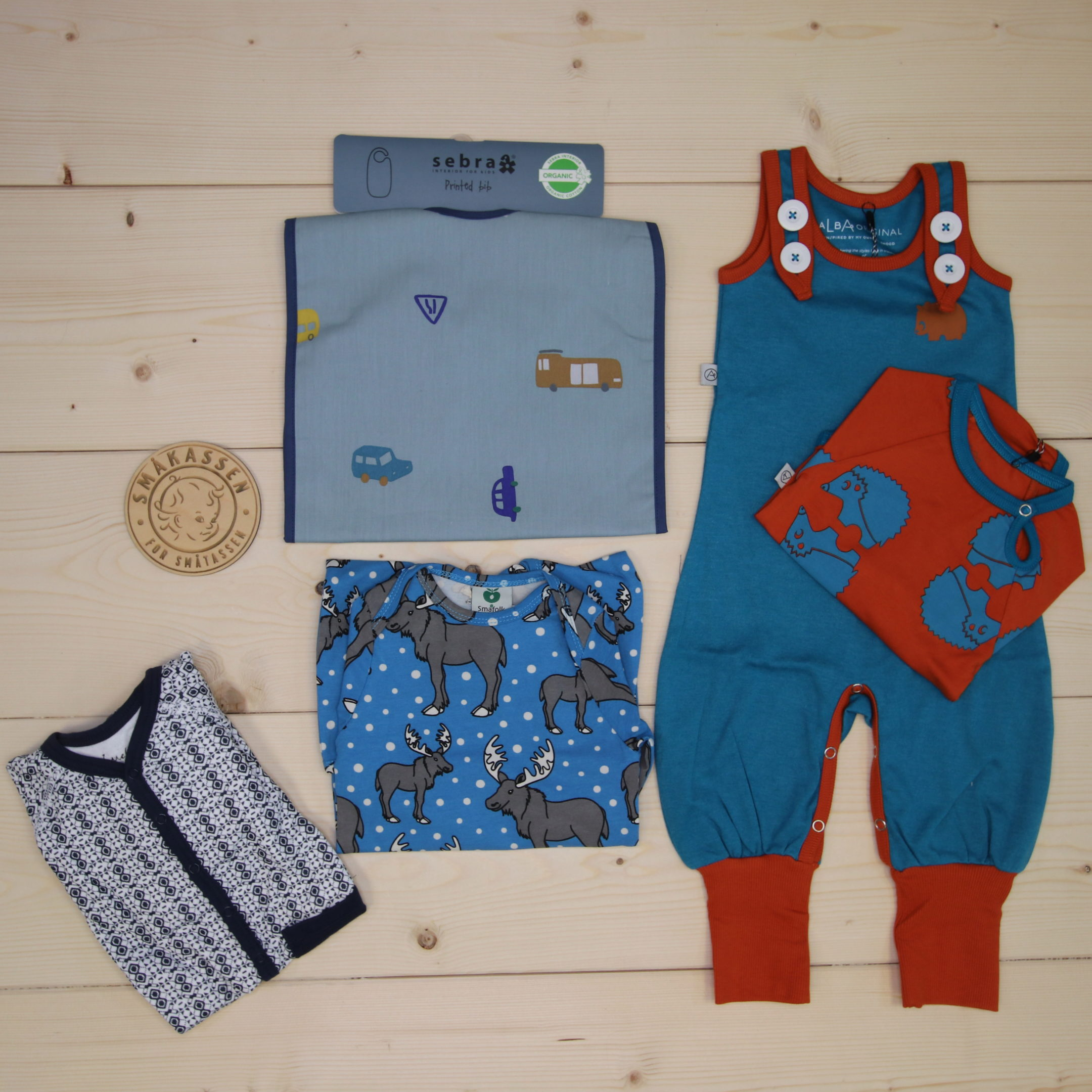 This is a 1500 NOK* Småkassen that we prepared for a boy  in the styles cute and cool in size 62