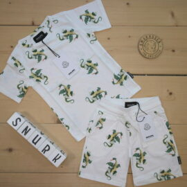 Presenting: S N U R K - a Dutch brand you may find in your box. Sleepwear with cool print 🐉, soft and comfortable, and made of 100 % organic cotton 💚 Perfect for cool kids and a good night's sleep 😴  This is a The Childish Stylist that we prepared for a boy in the style cool in size .