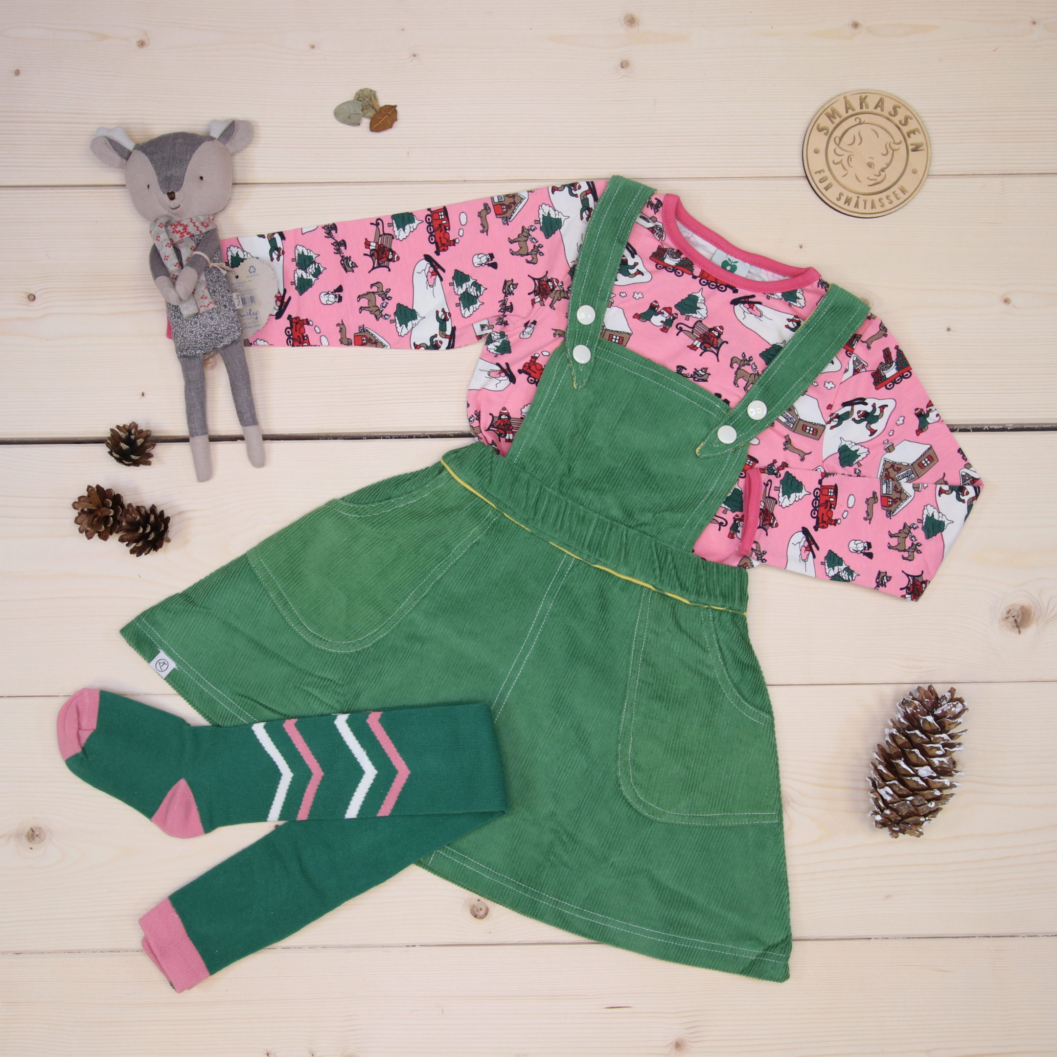 Småfolk and Alba combined makes a cool Christmas outfit 💚💗❤️  This is Småkassen that we prepared for a girl in the styles cute, cool, and colorful in size 98.