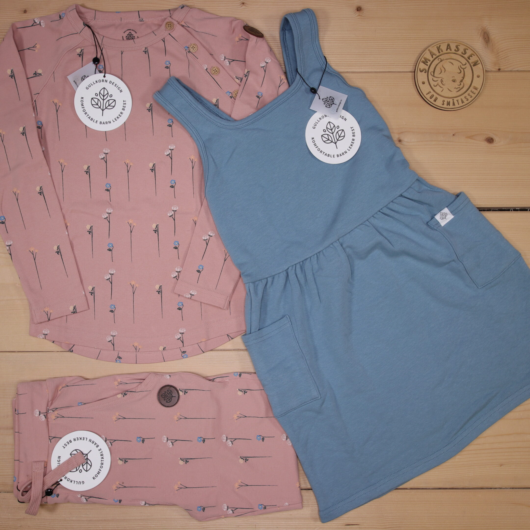 💫Gullkorn news ss21- comfortable outfits in beautiful colors and with fun patterns💫 We love the combination of the blue dress and the Villvette longsleeve in the picture 🤩  Dette er Småpakke som vi forberedte for en jente i stilen cool