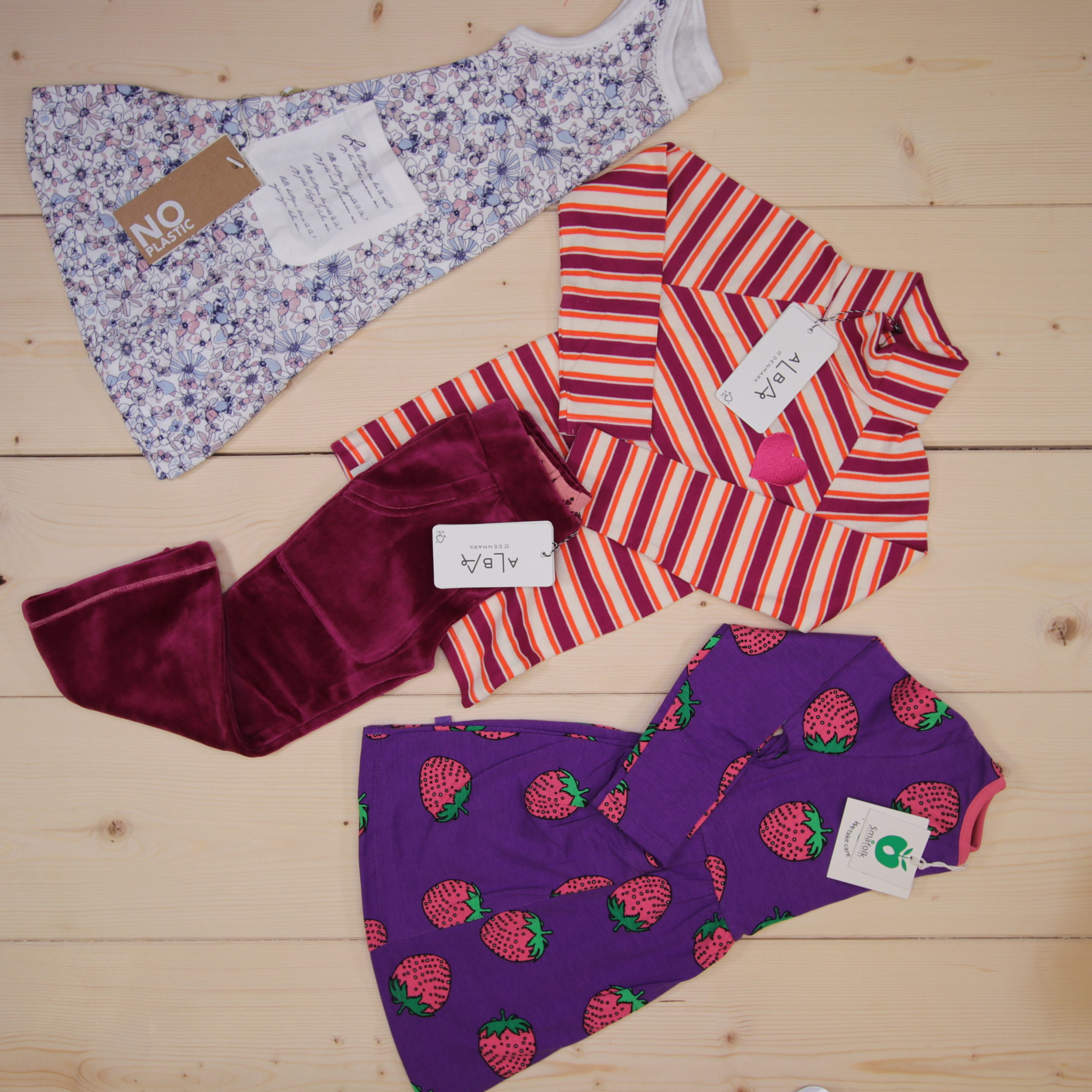 This is a 125 GBP* Småkassen that we prepared for a girl  in the style cute in size 98
