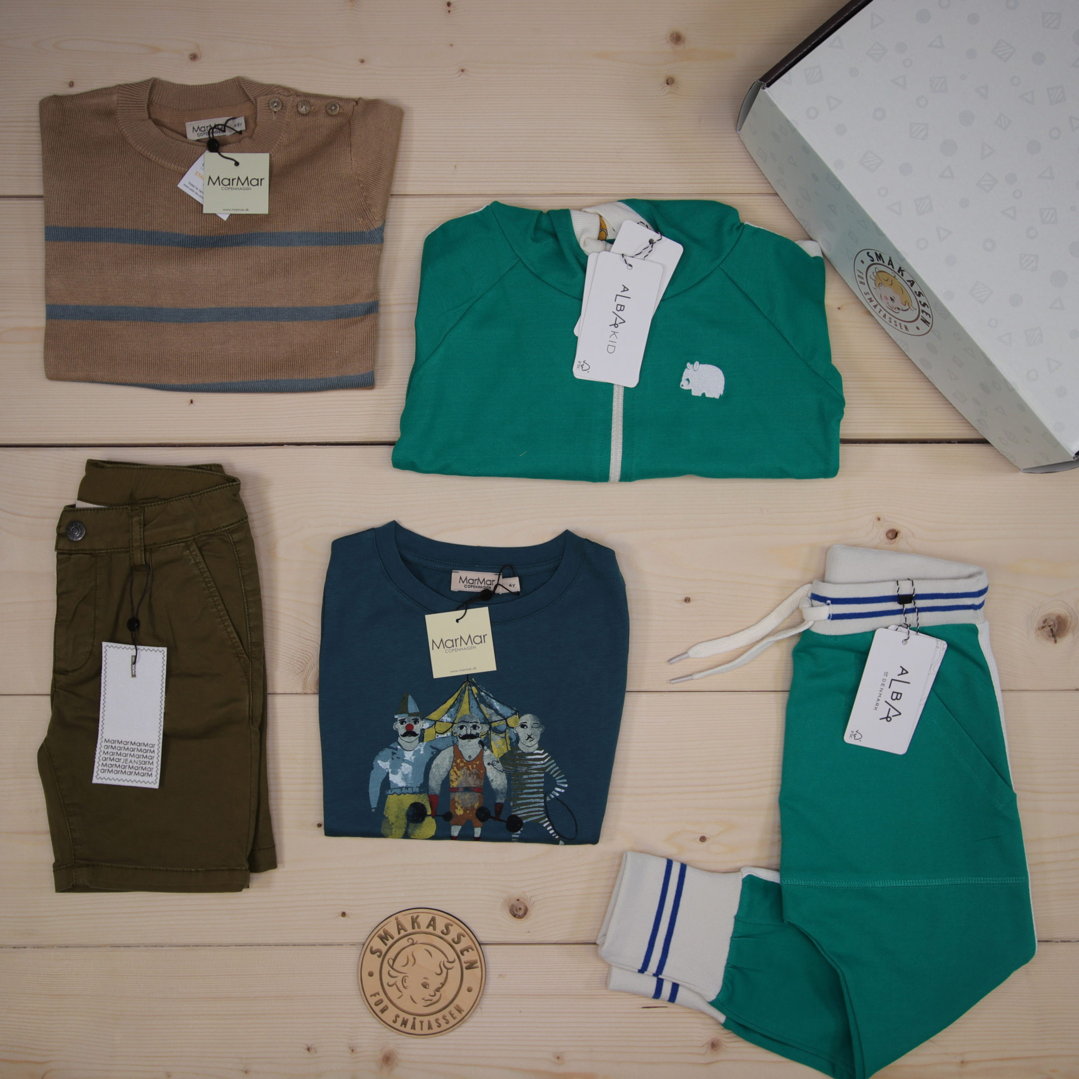 This is a 1500 NOK* Småkassen that we prepared for a boy  in the style cool in size 104
