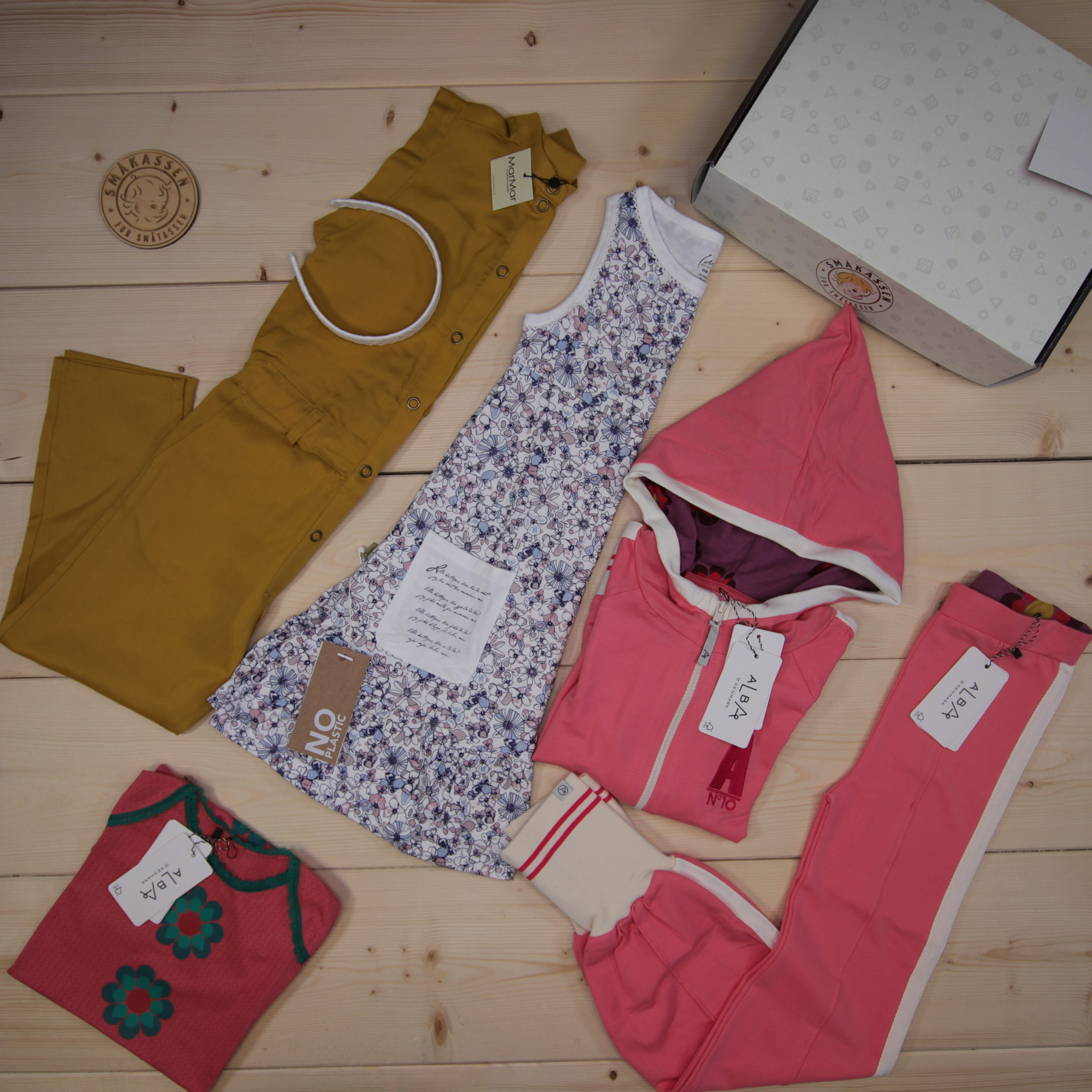 This is a 2500 NOK* Småkassen that we prepared for a girl  in the styles cute and cool in size 122