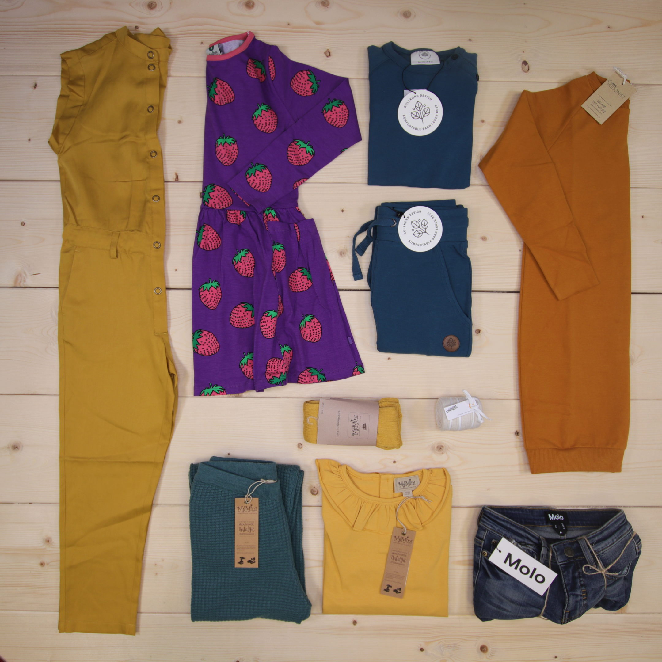 This is a 3000 NOK* Småkassen that we prepared for a girl  in the styles cool and colorful in size 128