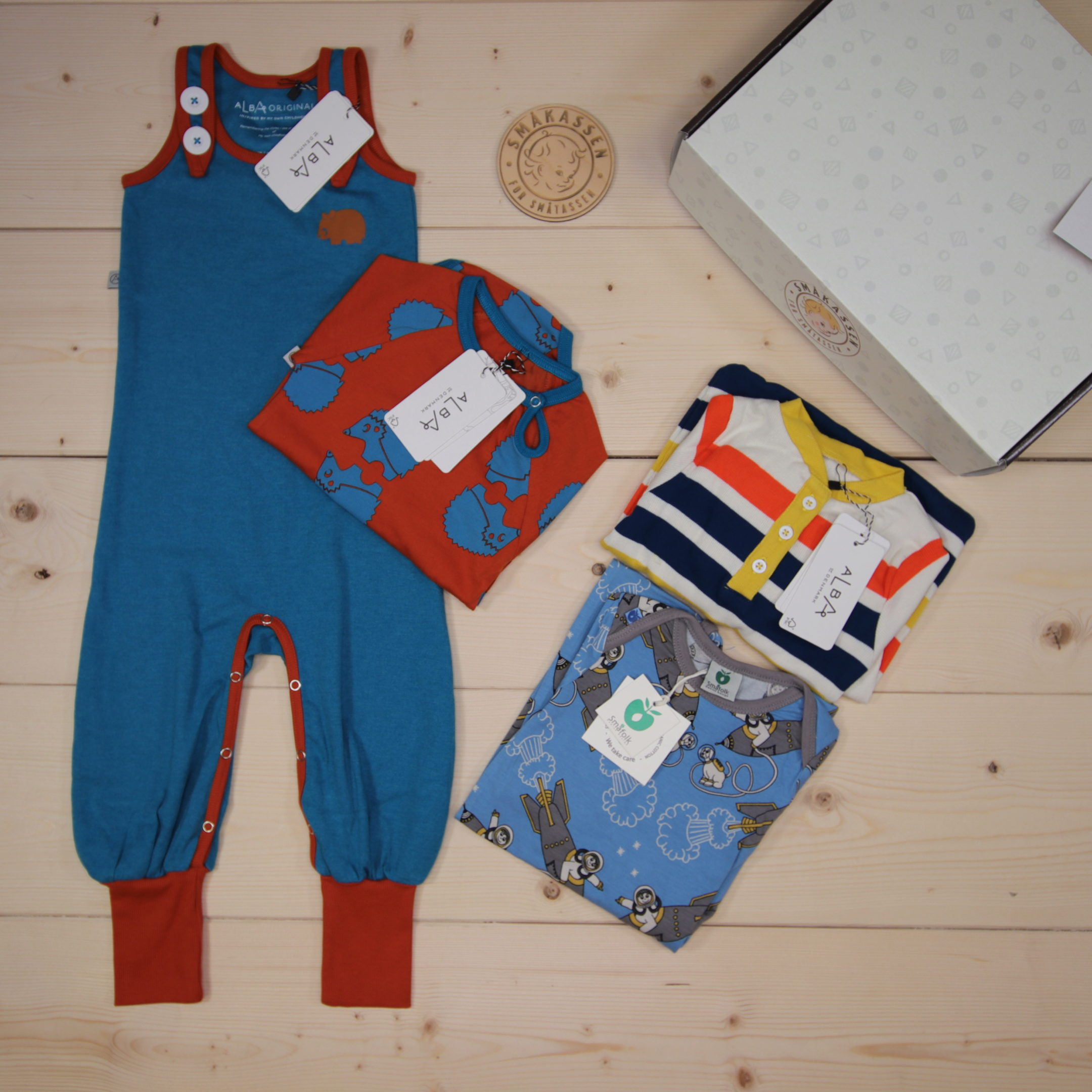This is a 91 GBP* Småkassen that we prepared for a boy  in the styles cool and colorful in size 86