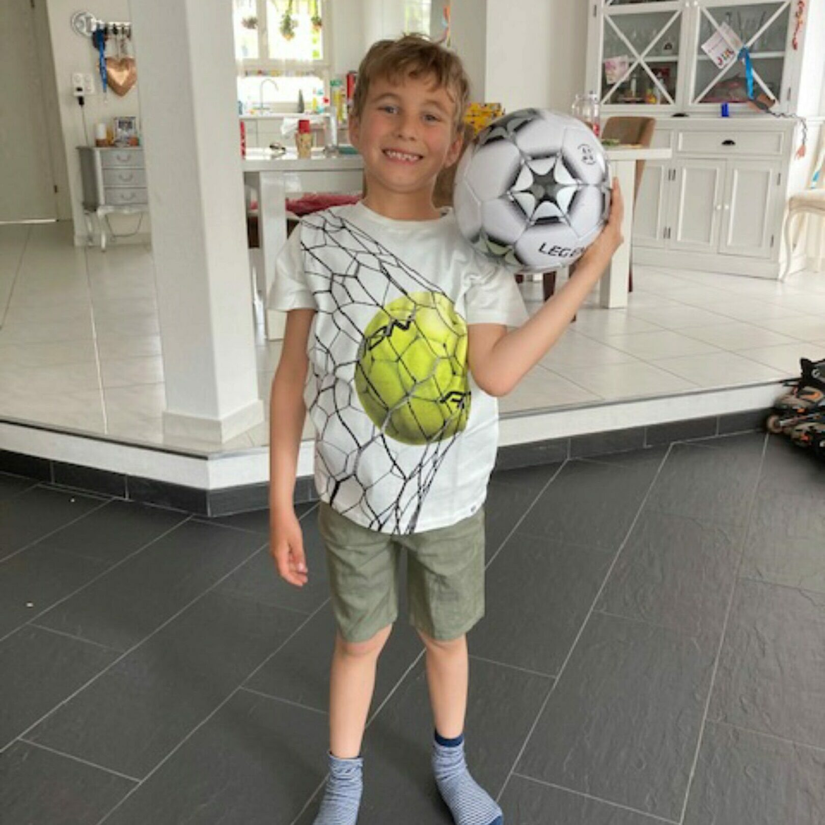 Here's Jaro wearing a cool t-shirt from Molo combined with comfortable shorts from Hust & Claire ⚽️🩳😎  Thank you for sharing Laureen ❤️  Dette er Småpakke som vi forberedte