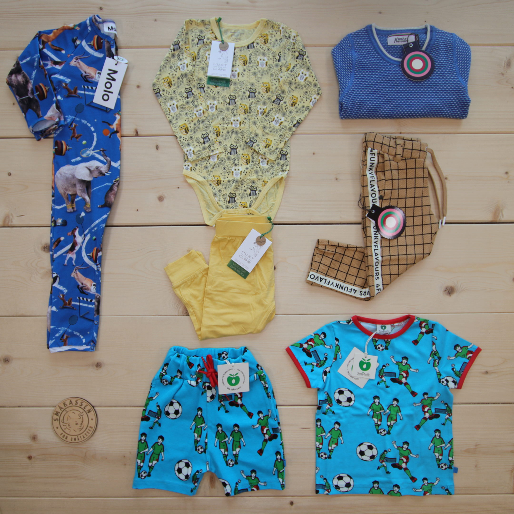This is a 2500 NOK* Småkassen that we prepared for a boy  in the styles cool and colorful in size 86