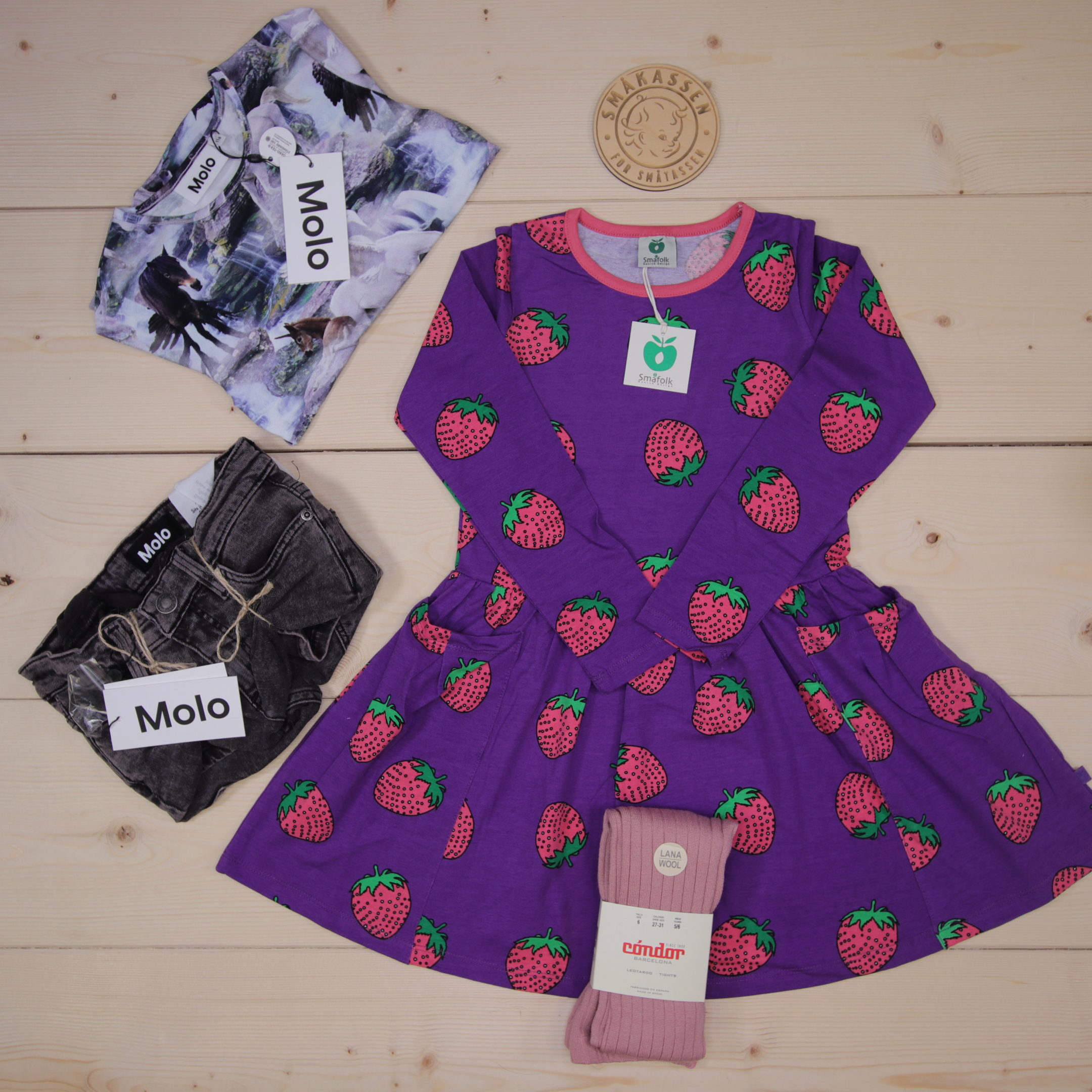 NEWS from Småfolk: Colourful dress with strawberries combined with tights from Condor.  This is Småkassen that we prepared for a girl in the styles cool and colorful in size 116.