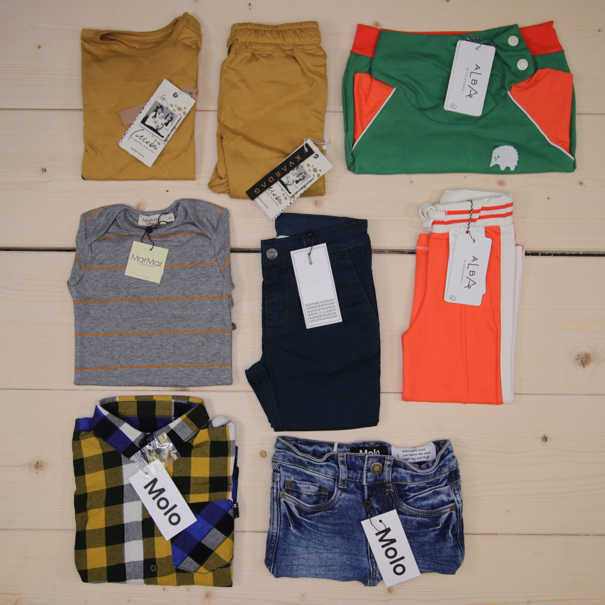 This is a 2500 NOK* Småkassen that we prepared for a boy  in the styles cool and colorful in size 92